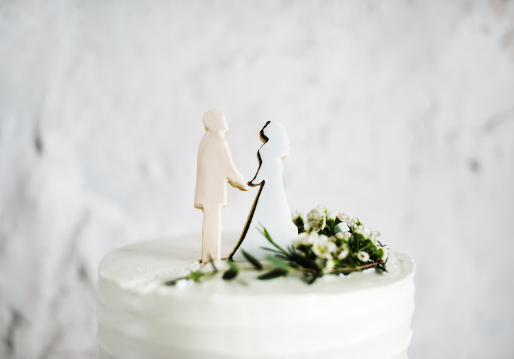 """family helps turn costco sheet cake into dream wedding cake for under $50 and it's gorgeous   """"i was able to talk my brother into just 'getting costco cakes and throwing some real flowers on it."""""""