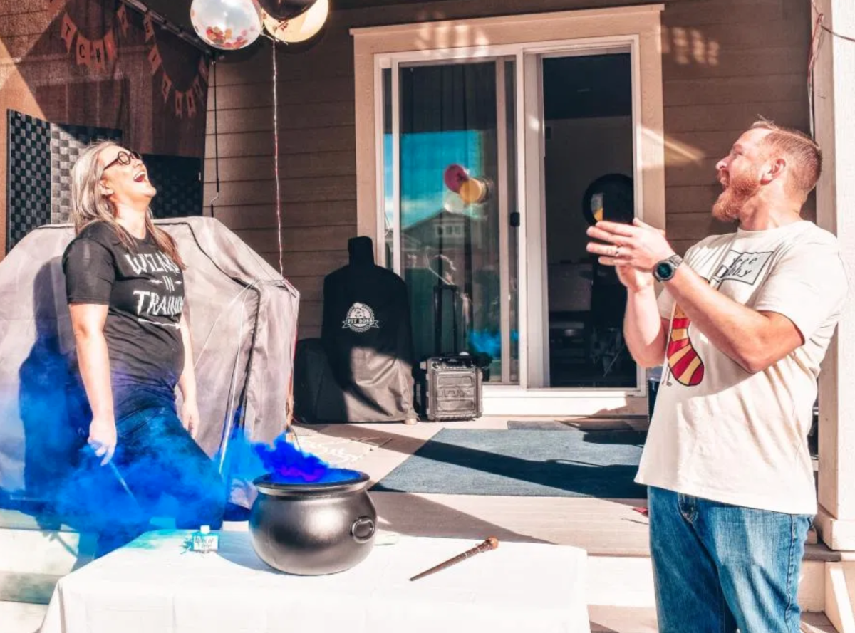 """blogger hosts epic harry potter-themed gender reveal party for her boyfriend's sister and it's as magical as you would expect 