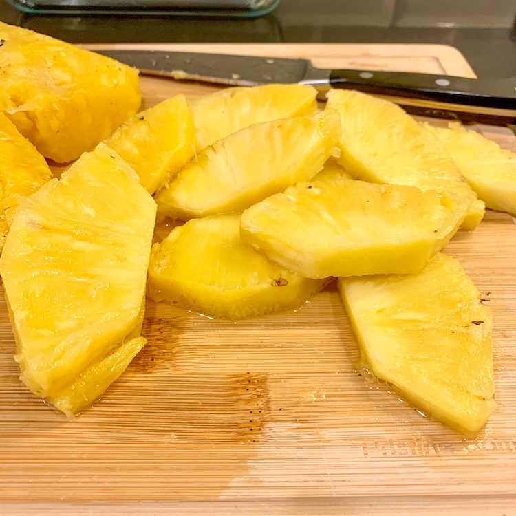 no-knife pineapple hack needed to use knife and cut pineapple