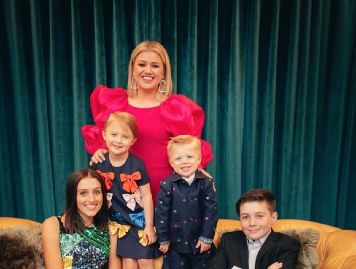 kelly clarkson shares children are in therapy due to divorce