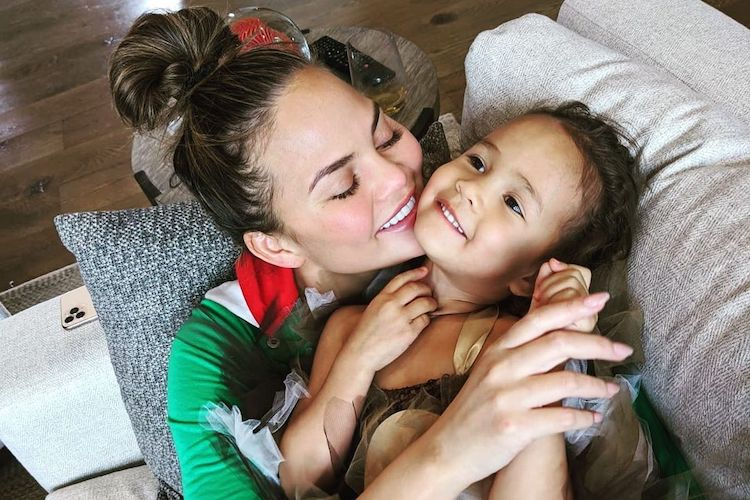 chrissy teigen wants us to boot 'breast is best' and instead normalize formula feeding