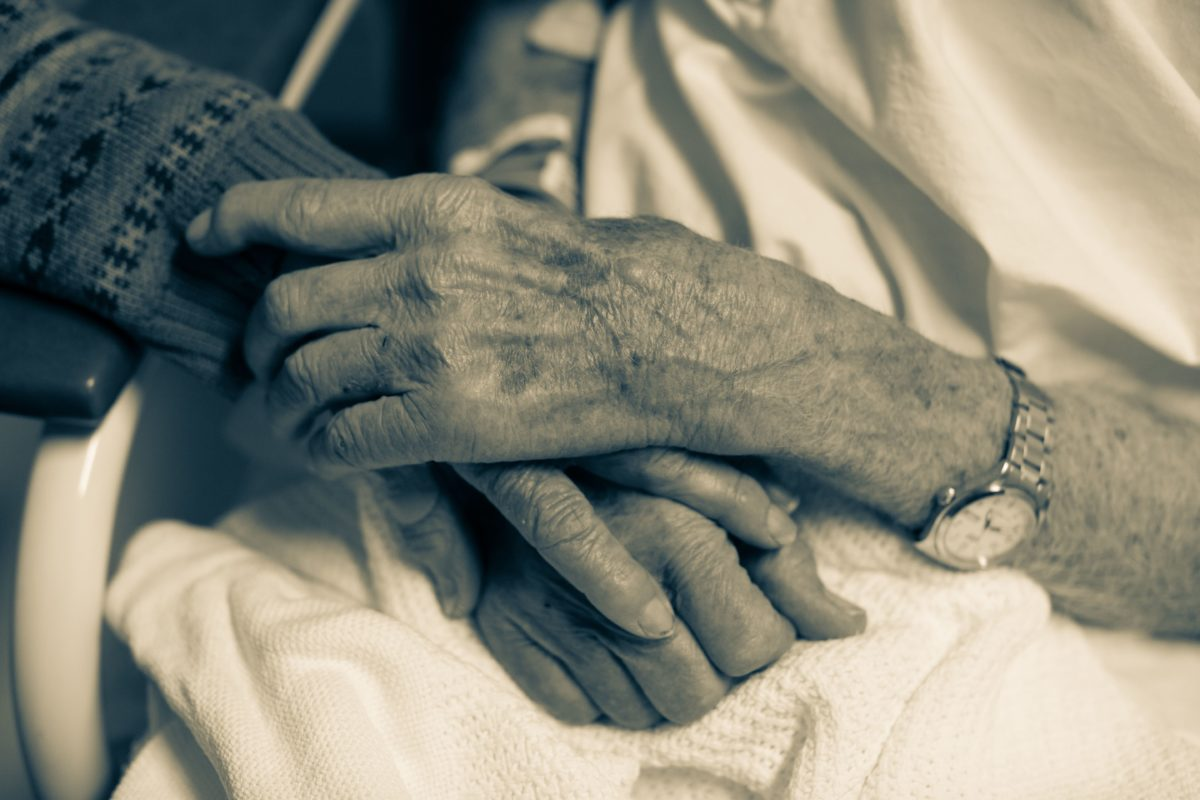 married couple die of covid while holding hands