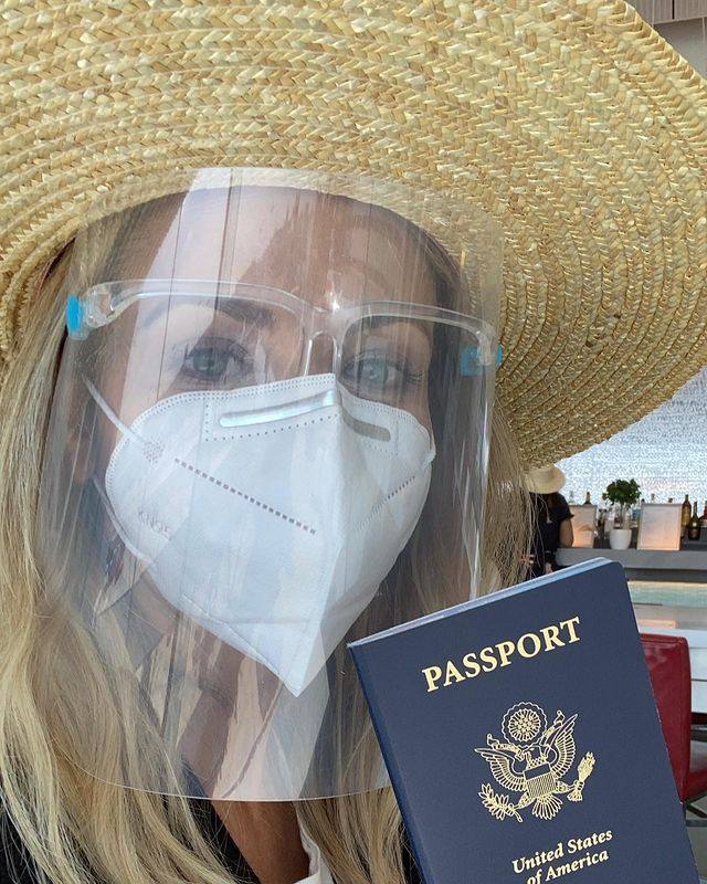 sarah michelle gellar in cabo on moms-only vacation