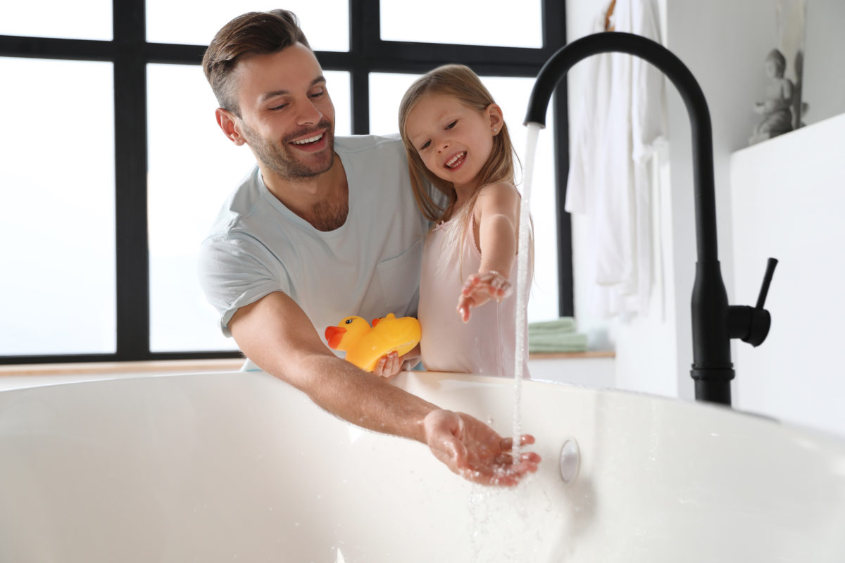 should my boyfriend be helping his 8-year-old daughter bathe?