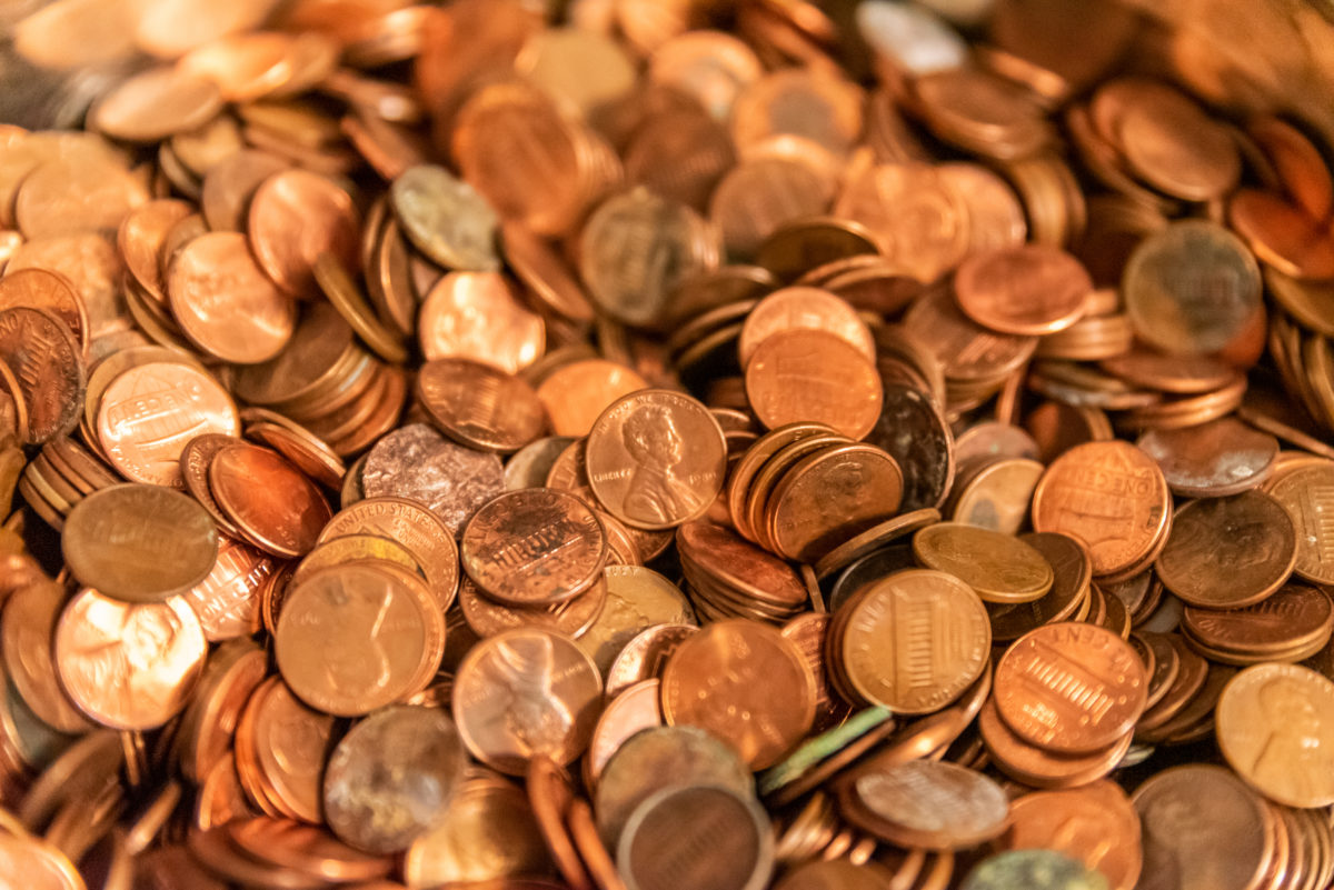 estranged dad offloads 80,000 pennies onto ex-wife's lawn as final child support payment, daughter responds3